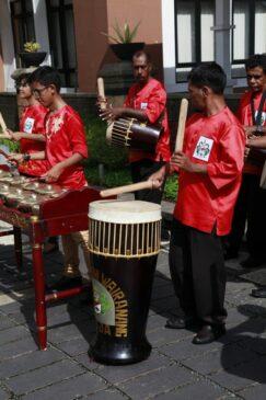 10 Alat Musik Tradisional Maluku dan Cara Memainkannya