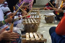 8 Alat Musik Tradisional Sulawesi Barat dan Cara Memainkannya