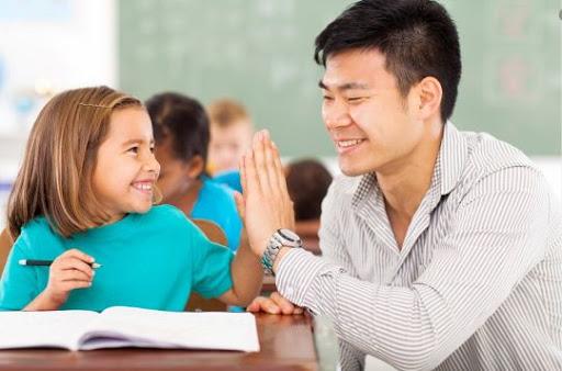 Guru berinteraksi dengan siswa