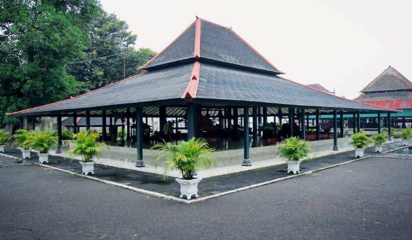 Bentuk dan Material Rumah Adat Bangsal Kencono