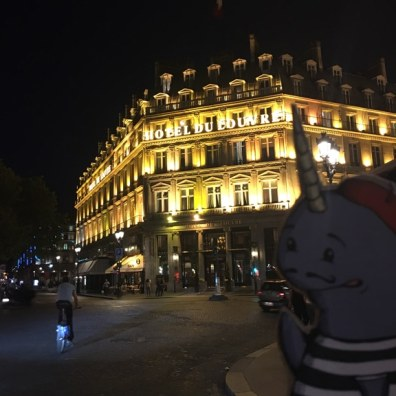 Mort in Paris, Hotel du Louvre