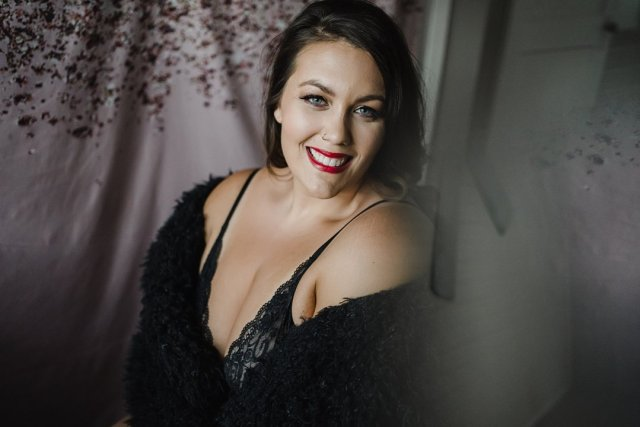 Curvy brunette poses for a glam tampa boudoir shoot with photographer Tami Keehn.
