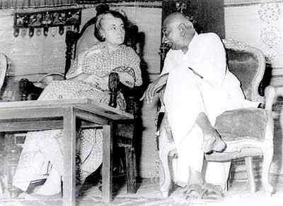 kamarajar photos with Indra Gandhi in stage