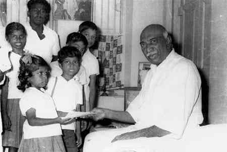 kamarajar photos offering Notebooks to School children's