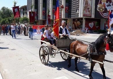 На челу литије коњаници са барјацима