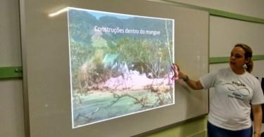 Estudantes participam de palestra antes da aula prática na escuna