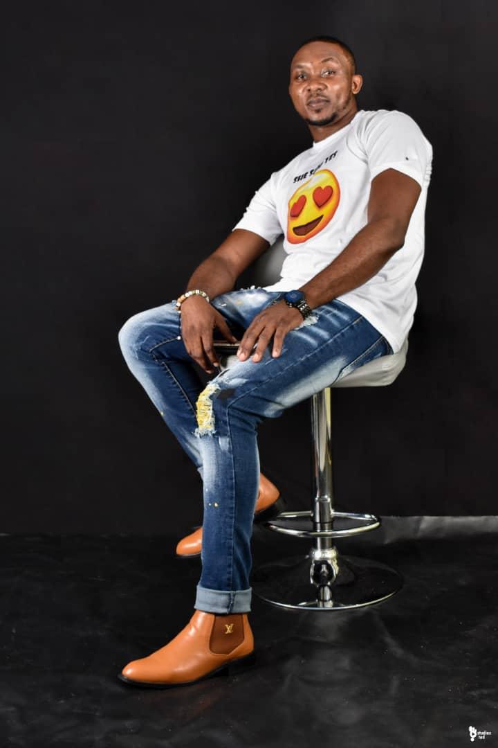 """Teddy William, une voix qui s'élève vers l'excellence chante """"Nyama"""" de Aveiro Djess – Cover Acoustique"""