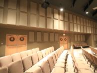 Tấm nỉ treo tường đồng màu với ghế ngồi của khách mời