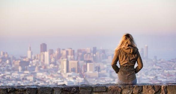 女性と風景