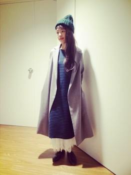 ワンピース×スカート×靴×グレートレンチコート×ニット帽