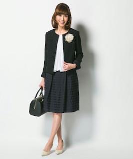 卒業式のママの黒色のスーツコーデ 2
