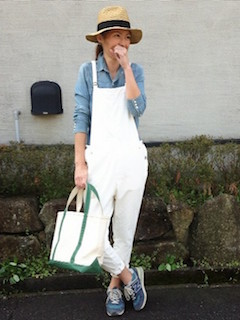 スタンダードな色の種類のデニムシャツ×オーバーオール×スニーカー×帽子