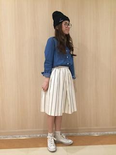 スタンダードな色の種類のデニムシャツのスカートスタイル