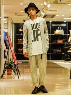 Tシャツ×グレーカーディガン×パンツ×靴×ハット帽の秋コーデ