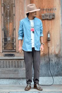 デニムシャツ×Tシャツ×パンツ×靴×ハット帽の秋のコーデ