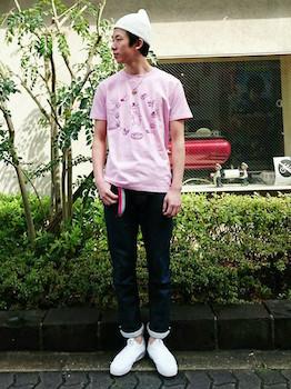 ピンクTシャツ×デニム×白のスニーカー