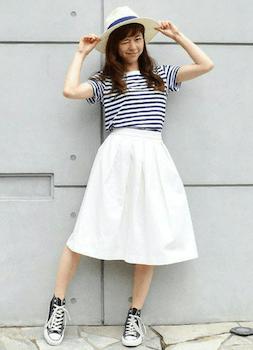 ボーダーTシャツ×白のスカート×黒のハイカットスニーカー