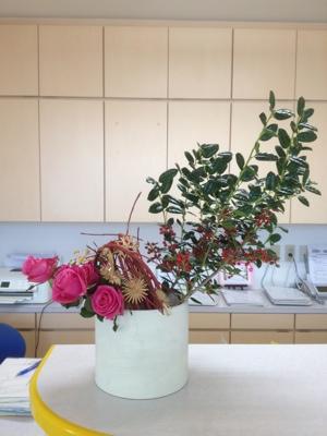 柊 バラ サンゴミズキ クリスマスオーナメント 受付の花