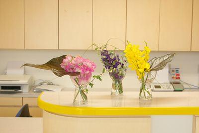スイトピー 千鳥草 モカラ アンスリュームの葉 スチールグラス アイビー 受付の花
