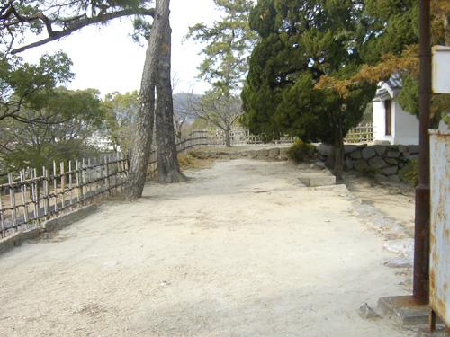 本丸内、南側の多聞櫓跡から見た櫓台