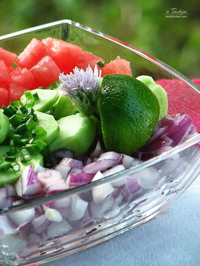 salata od lubenica, krastavaca i crvenog luka