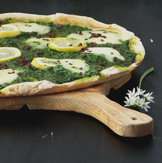 Pizza koja se ne mijesi s medvjeđim lukom, mozzarellom i limunom