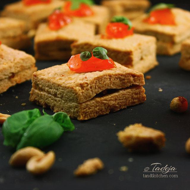 Kikiriki maslac keksi s pršutom i želeom od crvenih paprika