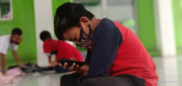 Anak-anak di RW 11 Kelurahan Cibodas, Kecamatan Cibodas, Kota Tangerang, memanfaatkan akses internet gratis untuk belajar jarak jauh, Senin (24/8/2020).