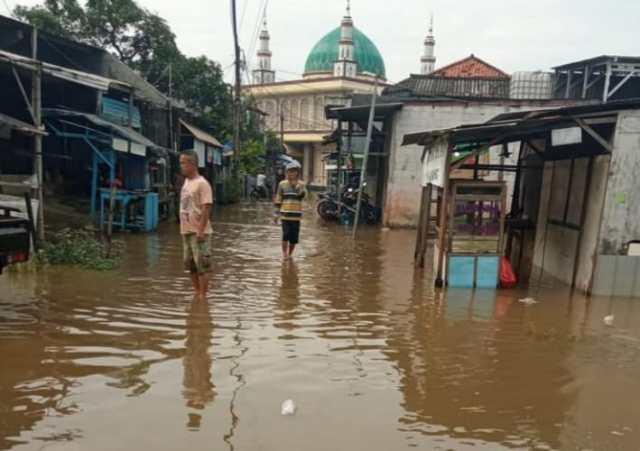 Salah satu titik kawasan yang terendam banjir akibat hujan deras semalam di Kelurahan Gondrong dan Kelurahan Petir, Kota Tangerang, Selasa (18/5/2021).