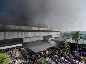 Asap membumbung ke udara dari bangunan Blok I dan Blok II yang terbakar di Pasar Senen, Jakarta, Kamis (19/1). Kebakaran di Pasar Senen tersebut dilaporkan terjadi sekitar pukul 04.43 WIB dan masih dalam penanganan petugas yang mengerahkan hingga 43 unit mobil pemadam kebakaran. ANTARA FOTO/Widodo S. Jusuf/foc/17.