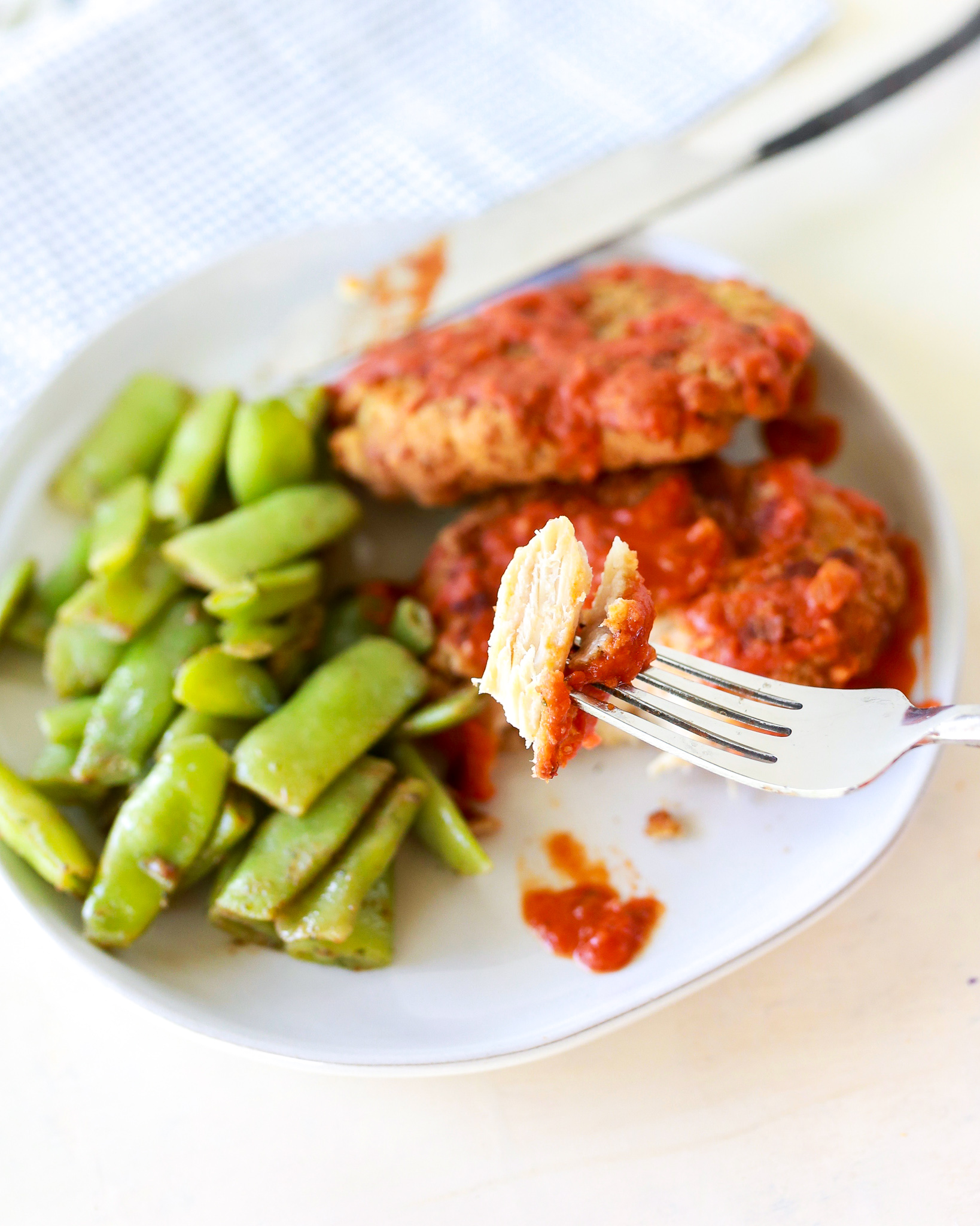 Easy and fast Crispy Chicken Pomodoro: crispy chicken breasts and super delicious perfectly seasoned crisp Italian flat beans with tangy red sauce.