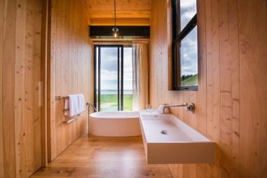 TANGO_online_hr-scrubby-bay-bathroom1