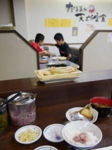 天ぷらを置く皿がプラスチックでチープなんだけど、それも味わいに見えてしまう。