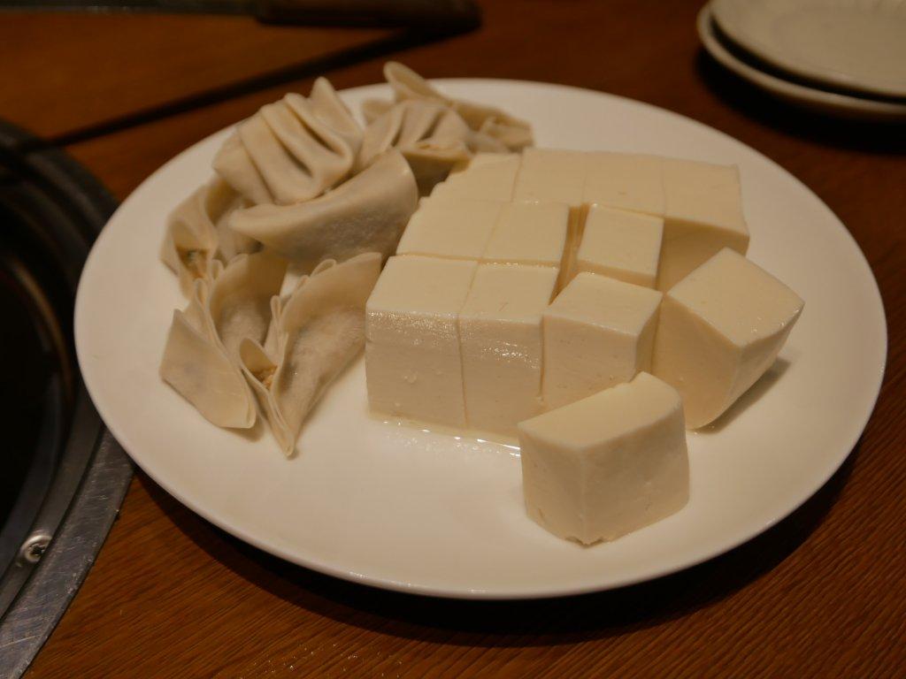追加の豆腐と餃子