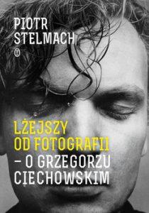 Lzejszy od fotografii 210x300 - Lżejszy od fotografii O Grzegorzu Ciechowskim Piotr Stelmach