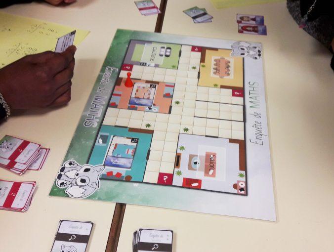 Des élèves jouent à enquête de maths.