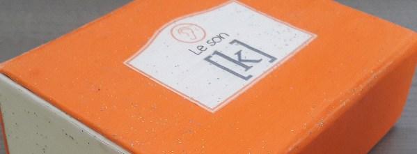 """Boite orange avec l'étiquette """"Le son [k]""""."""