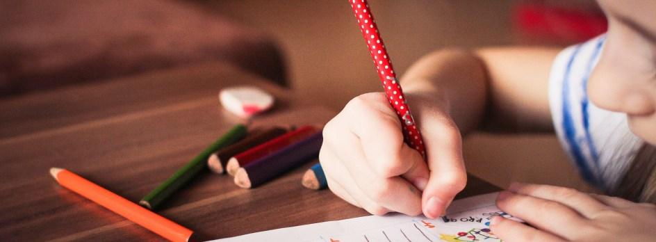 Enfant écrivant ses conjugaisons.