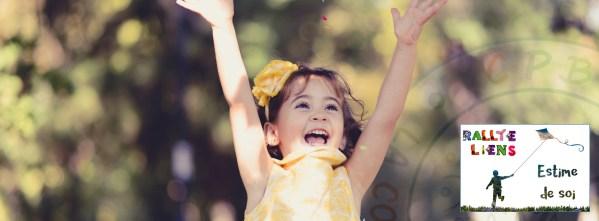 Petite fille joyeux sautant en l'air, les bras levés au ciel, pleine d'estime de soi.