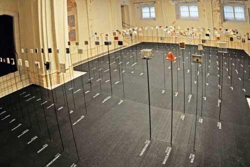 """Eine Ausstellungsansicht von """"Vienna for Art's Sake"""" in der Sala Terrena des Winterpalais im Belvedere"""
