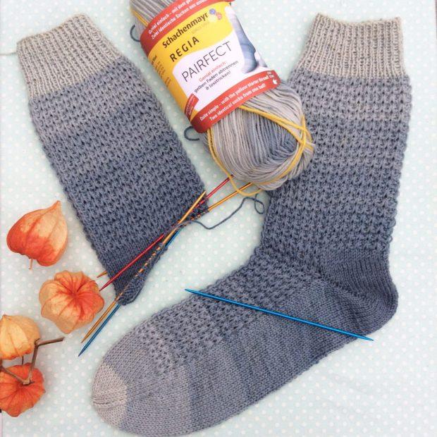 Socken aus regia Pairfect Farbe 7096 denim color, gestrickt mit den Addi Kolibris