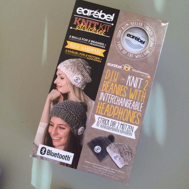 Und das gibt es zu gewinnen: ein Schachenmayr earebel Knit Kit mit Kopfhöreren und Material für die beiden abgebildeten Mützen!