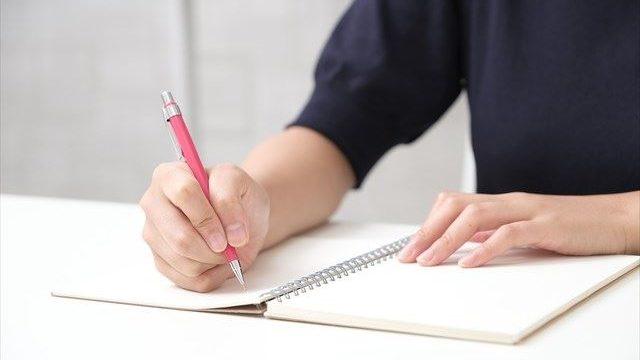 ノートを書いている人