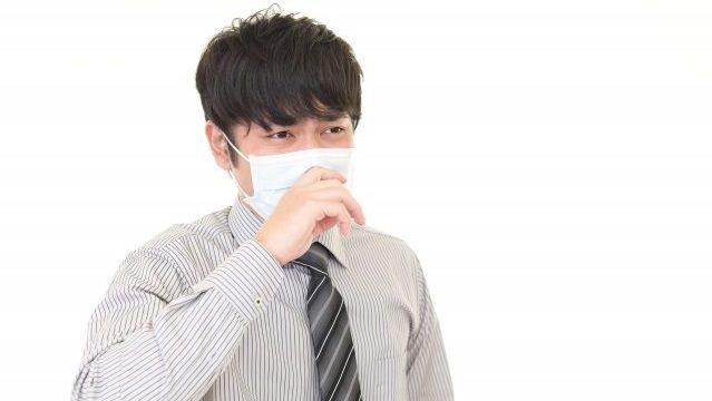 風邪を引いている男性