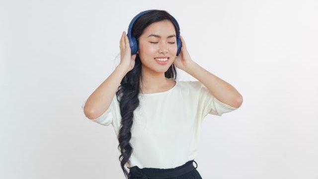 音楽を聴いている女性
