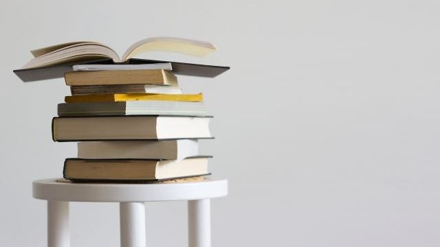 椅子の上に重なった本