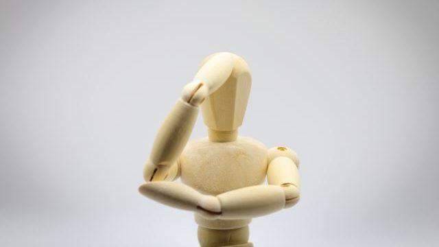 頭を抱えてる人形