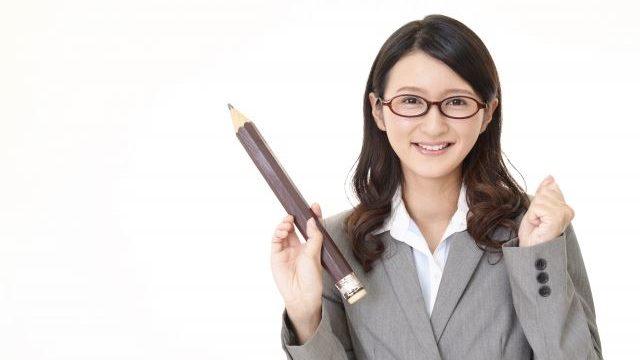 大きい鉛筆を持っている女性