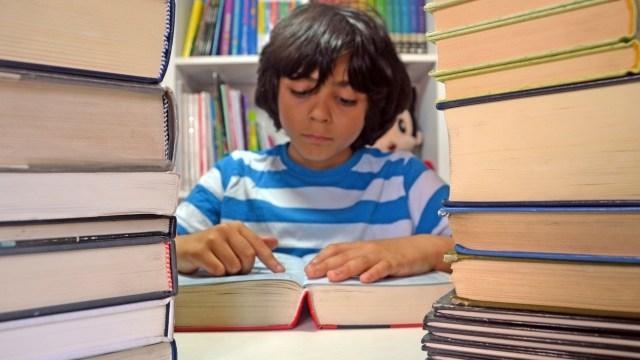 大量の本を読む少女