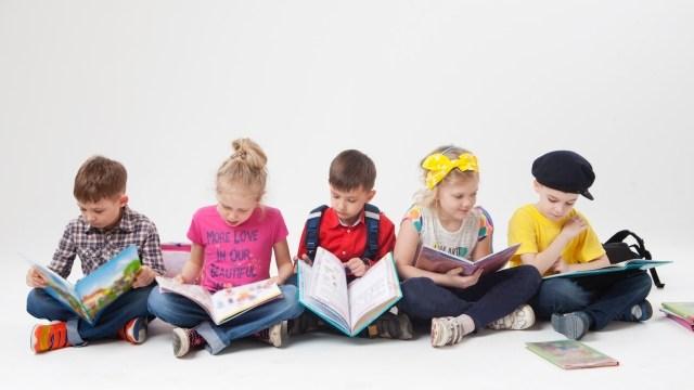 本や絵本を読む子供達